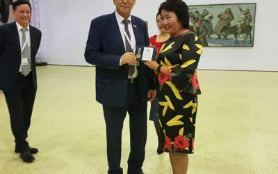 Директору Федерального центра поддержки гастрольной деятельности, руководителю программы «Большие гастроли» Елене Булуковой вручили почётный знак за вклад в развитие культуры Якутии.