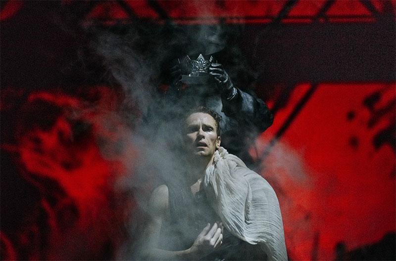 Брызги, убийство Офелии и теории заговора: «Гамлет» архангельского драмтеатра раскрыл тайны датского двора