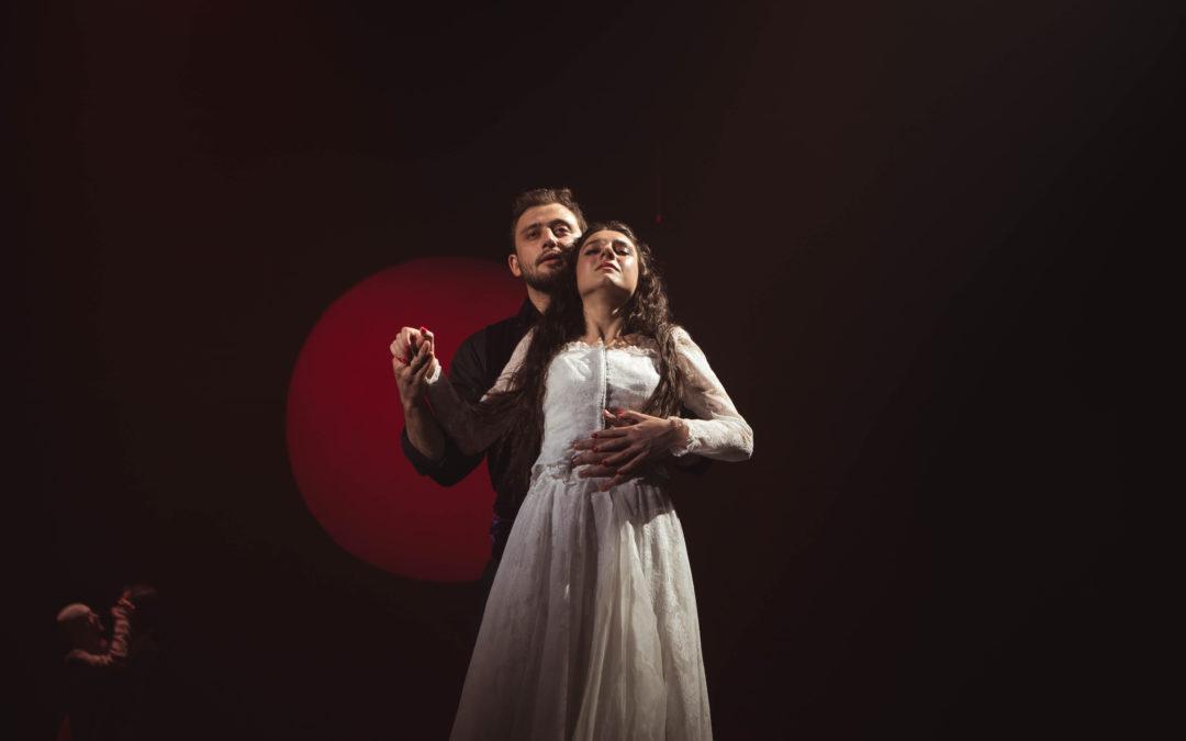 Лучшие спектакли русских зарубежных театров покажут по всей стране